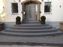 Hausengang mit Steinteppich beschichtet