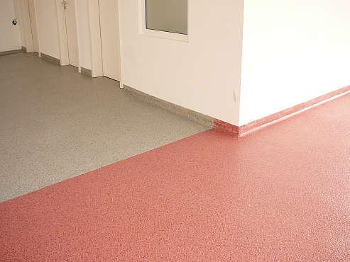 Farbchipseinstreuung als preiswerten Bodenbelag für Innen- und Außenbereich
